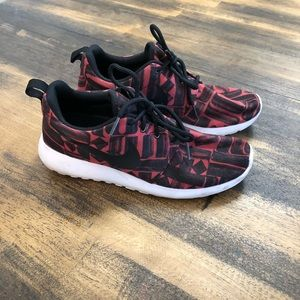 Lightly used Nike Roche sz 7 women's